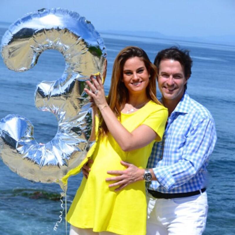 Con esta imagen la pareja contó a amigos y seguidores que serían papás de tres bebés.
