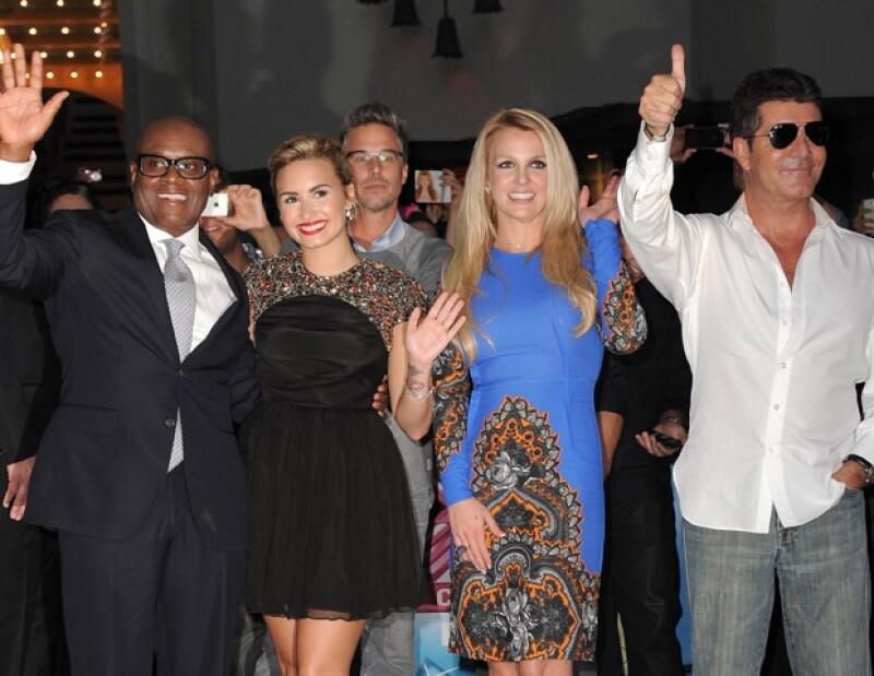 La cantante acudió junto con sus compañeros al Teatro Chino de Los Ángeles para el estreno oficial de dicho show, la madre de dos deslumbró con un vestido azul y de pasada plasmó sus huellas.