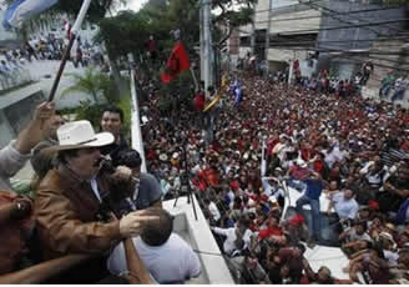 Seguidores de Zelaya celebraron, hasta subidos en los árboles, el retorno del depuesto presidente. (Foto: AP)