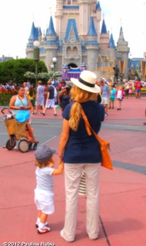 La cantante mexicana compartió una bella imagen de ella con su pequeño hijo mientras disfrutaban de sus vacaciones en un parque de diversiones.