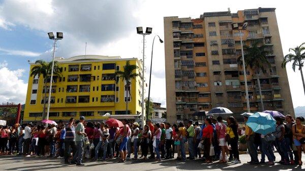 Afuera de supermercados y farmacias, se pueden observar largas filas de personas que intentan conseguir alimentos y objetos de higiene personal.