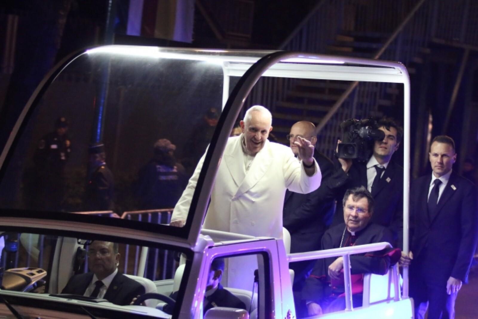 El papa recorrió 19 kilómetros hasta la Nunciatura Apostólica en los que saludó a cientos de fieles.