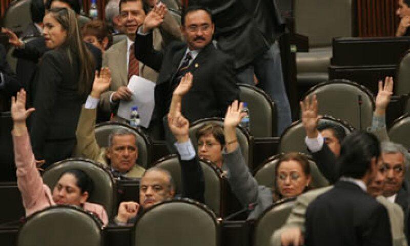 Uno de cada tres pesos aprobados para el Presupuesto de Egresos es ejercido por estados y municipios. (Foto: AP)
