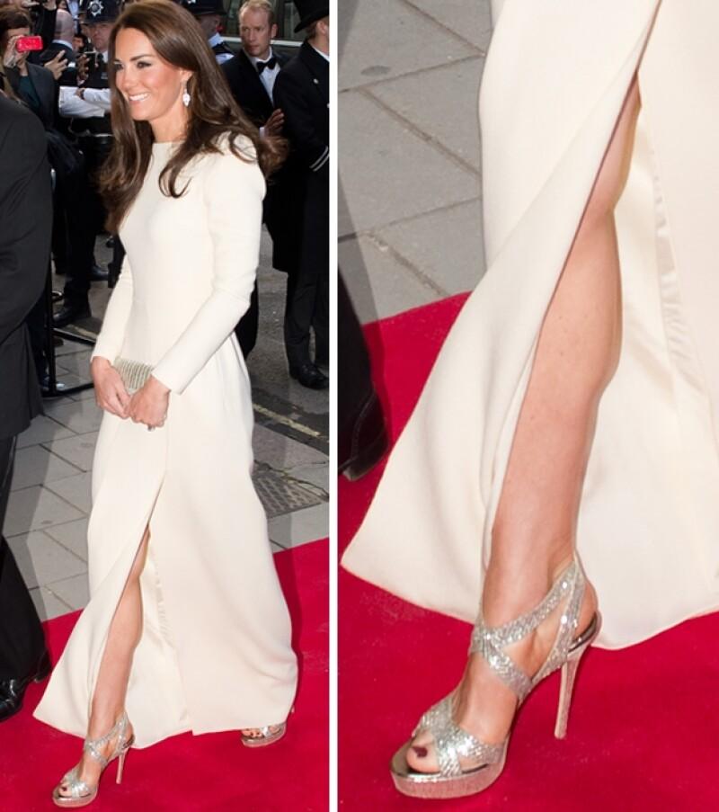 La duquesa de Cambridge presumió pierna en la cena de gala del `Thirty Club´.
