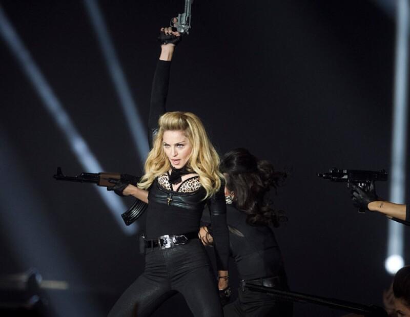 Con su nuevo Tour, la cantante ha dado de qué hablar por usar armas, desnudarse en el escenario y provocar a la francesa Marine Le Pen.