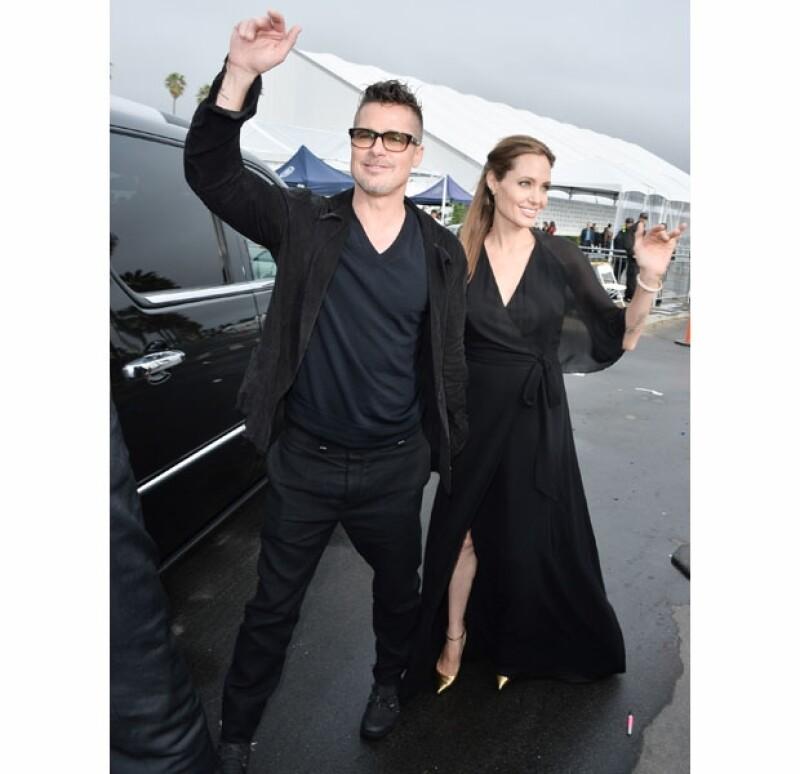 El color negro es el mejor aliado de Angelina, resalta su delgada figura. Usó un vaporoso vestido en `V´ a juego con pointy shoes dorados. El outfit perfecto.