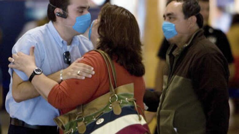El contagio puede ser de persona a persona a través de las secreciones de nariz y boca (toser, estornudar, hablar o cantar).