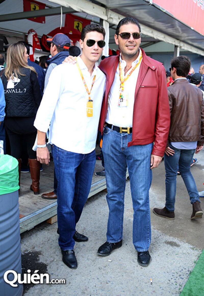 La familia Hank en el stand de Ferrari