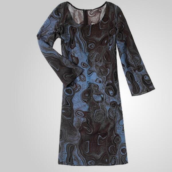 Un vestido con influencia en los años 70, que puedes utilizar encima de unas mallas de color negro para darle un toque casual a tu 'outfit'.