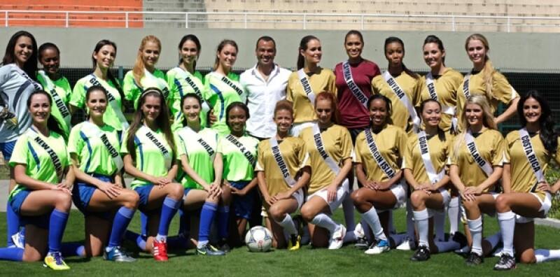Las 22 concursantes posaron con el ex campeón brasileño Cafú.