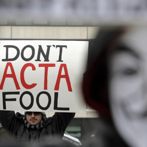 En Alemania miles de personas protestaron con máscaras del peculiar personaje.