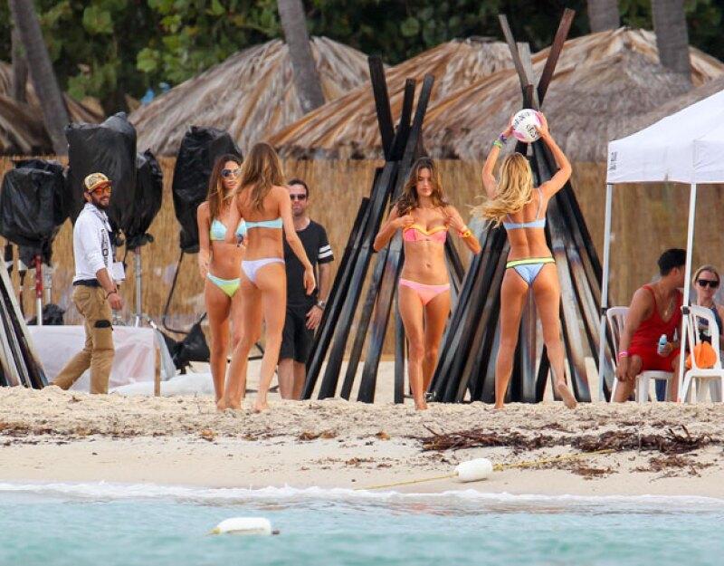 Las cuatro ángeles de Victoria's Secret lucieron cuerpazo con bikinis en la playa de Puerto Rico.