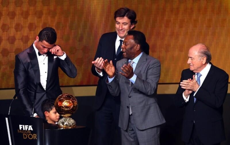 Cristiano Ronaldo se hizo acompañar de su hijo de casi tres años para subir a recibir el galardón.