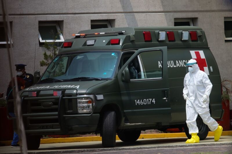 Un paramédico de una Ambulancia del Ejército camina en el Hospital General Tláhuac