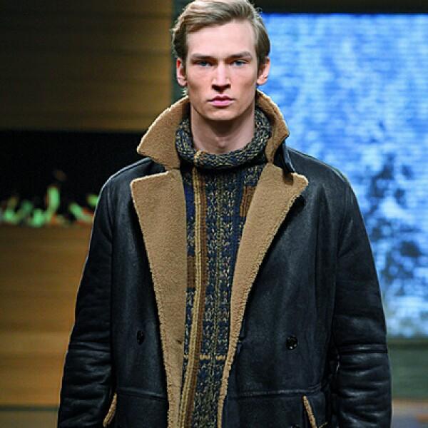 La elección de los tejidos, estampados y construcción de las prendas crea una imponente silueta masculina caracterizada por sacos delicadamente confeccionados con hombros marcados y pantalones estrechos que alargan la silueta.