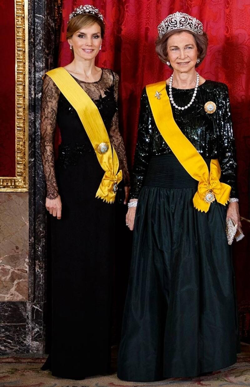 La reina Sofía también destacó con un vestido de dospiezas en color verde oscuro.