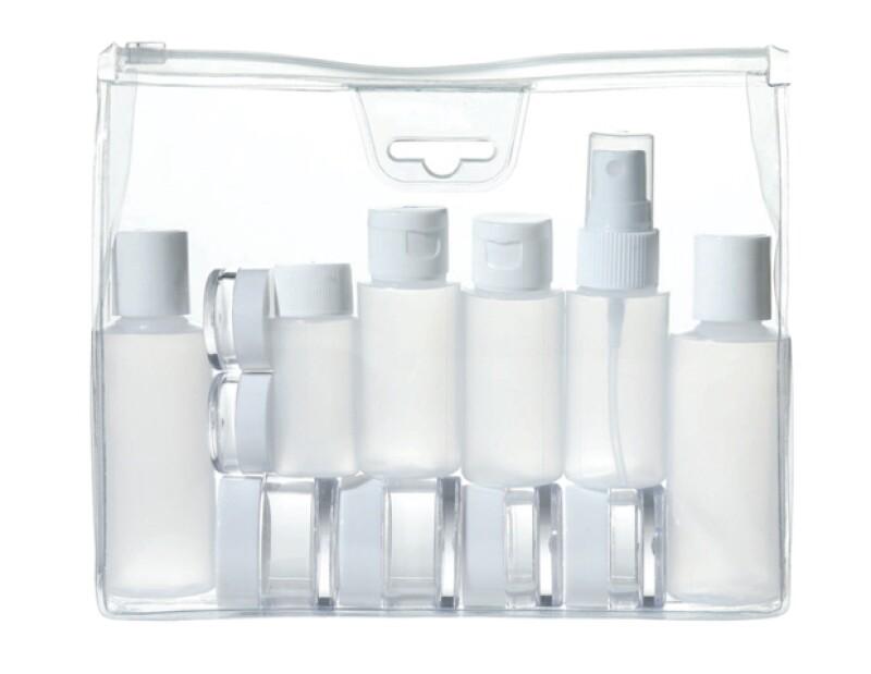 Procura llevar botellas chicas de plástico y mete ahí los productos líquidos. De esta manera ahorrarás espacio.