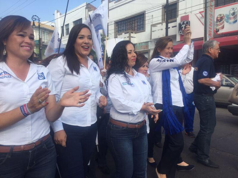 La esposa del expresidente Felipe Calderón encabezó a mujeres panistas en una marcha rumbo a la sede del acto principal.