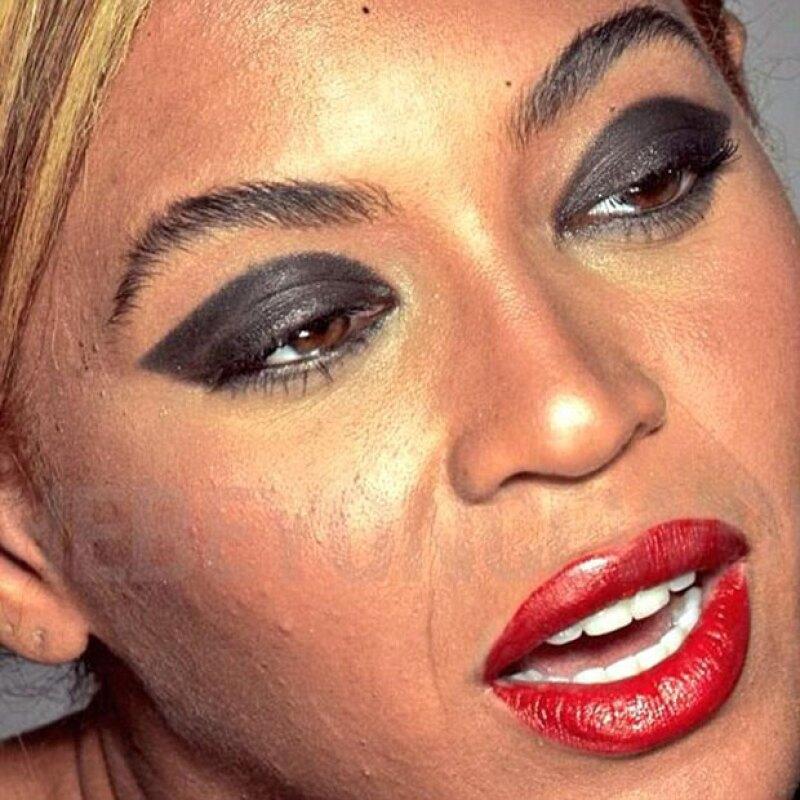 Imperfecciones, poros abiertos y arrugas se pueden ver en la imagen sin retocar.