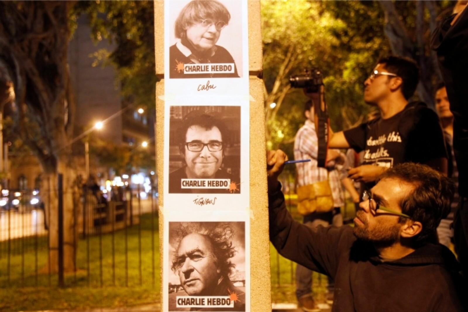 Colocaron en las paredes imágenes de Charlie Hebdo, creador de la revista.