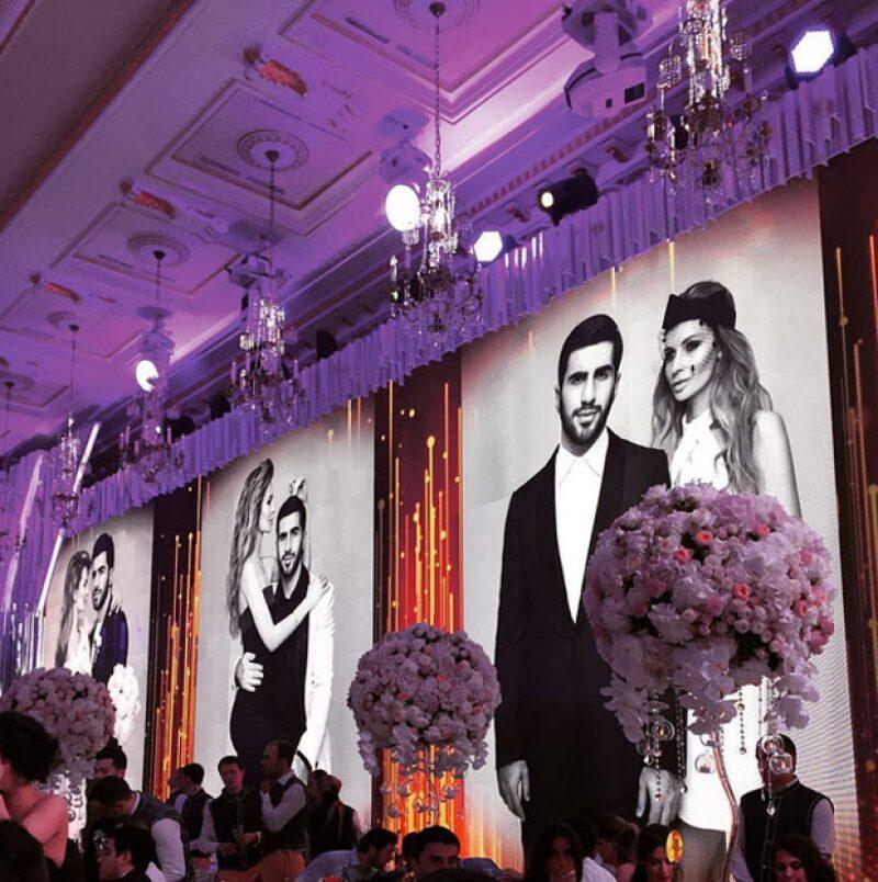Duramte la fiesta se exhibieron fotos de los ahora esposos.