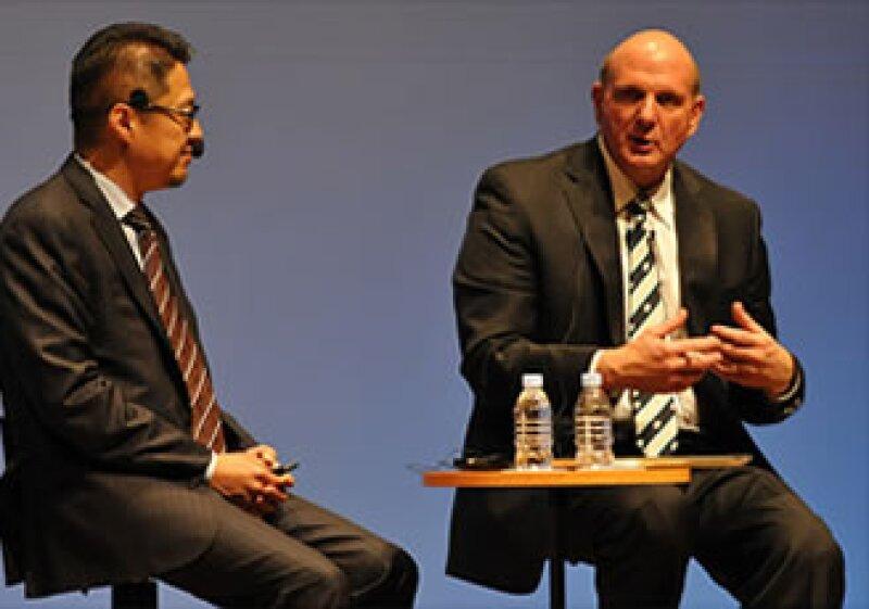 Steve Ballmer (der) fue el primer ejecutivo de Microsoft en referirse al producto como 'Windows 8'. (Foto: Cortesía CNNMoney.com)