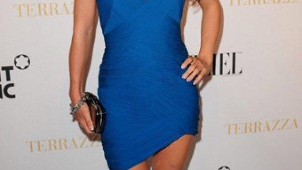 La bellísima Elsa Pataky optó por un vestido ajustado en color azul.