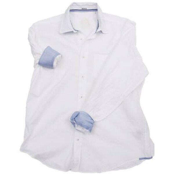 Una camisa blanca es una apuesta segura. Este color representa pureza, bondad, inocencia, luz y perfección. Definitivamente la combinación ideal.