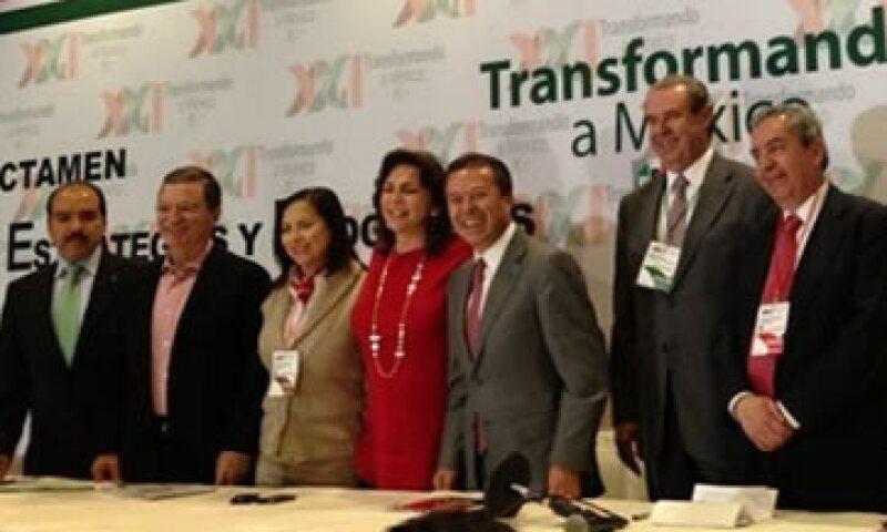 El dirigente del partido, César Camacho Quiroz (centro) dijo que está listo el dictamen para su aprobación este domingo. (Foto: Tomada de twitter.com/AsambleaPRI21)