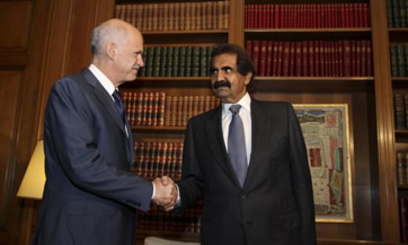 El acuerdo fue anunciado después de que el emir de Qatar, Jeque Hamad bin Khalifa al-Thani (d), se reuniera con el primer ministro, George Papandreou (i), en Atenas. (Foto: Reuters)