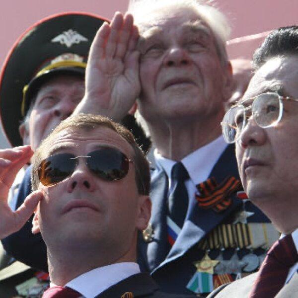 El presidente ruso, Dmitry Medvedev (i) y su homólogo chino, Hu Jintao