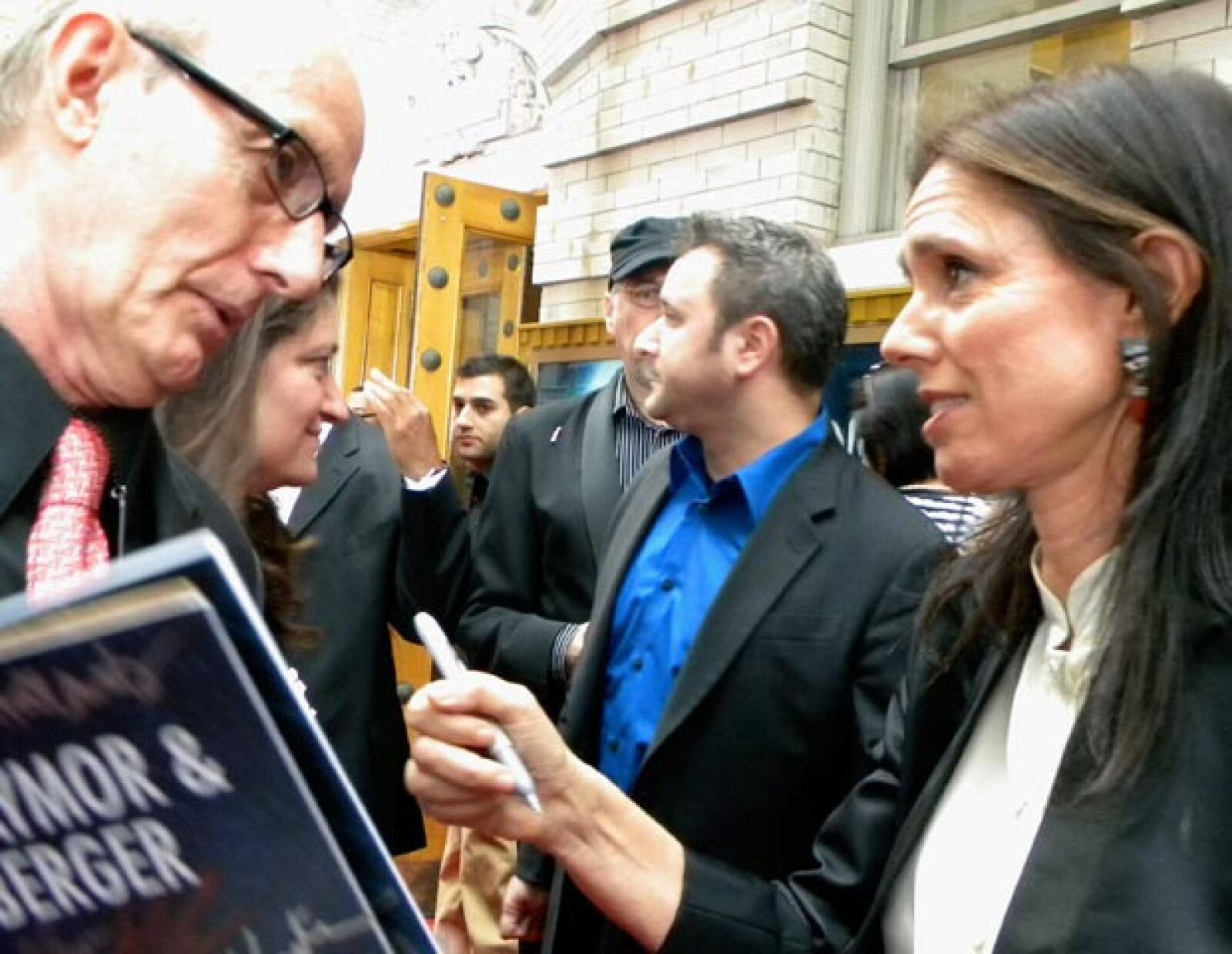 La directora original Julie Taymor firma autógrafos a su llegada al Foxwoods Theatre de Broadway.