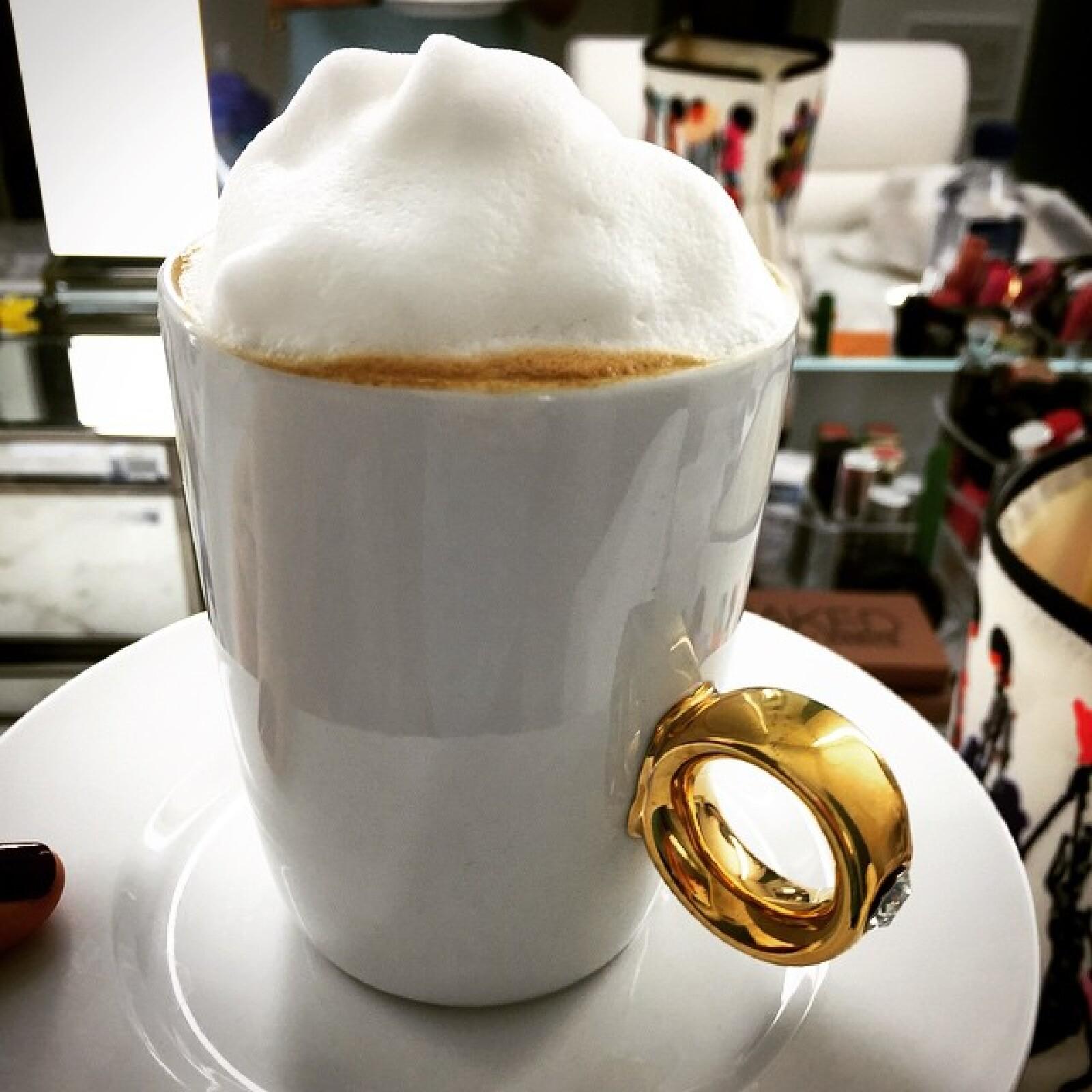 Un café espumoso siempre es el mejor acompañamiento para los postres de la cantante.