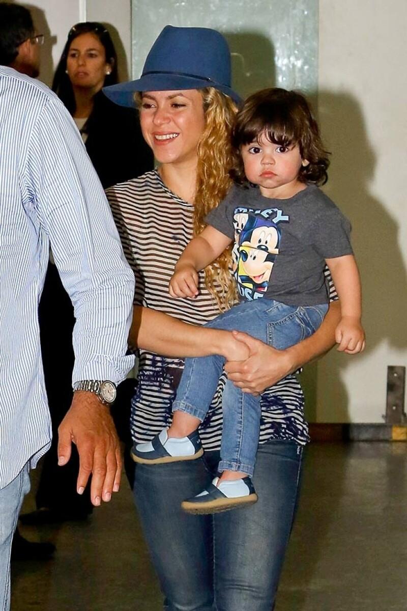 La colombiana fue captada a su llegada a Río de Janeiro acompañada de su hijo Milan. Llamó la atención que no los acompañará Gerard Piqué.