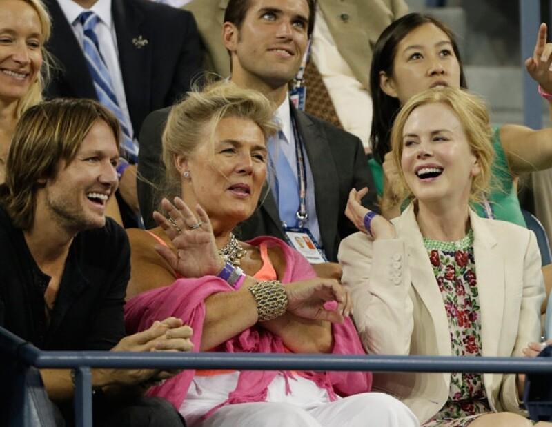 La pareja acudió al juego entre Andy Roddick y Bernard Tomic, mientras lo veían, el cantante se paró y le dio un tierno beso a su esposa.