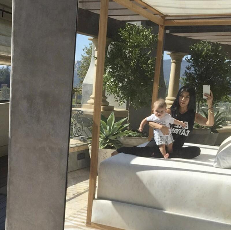 Kourtney posó con su bebé en dos fotos: una donde lo mostraba serio y otra sonriente.