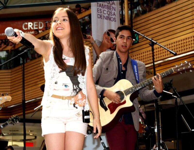 La agrupación juvenil logró congregar a miles de fans en su primera firma de autógrafos en una plaza de la Ciudad de México.