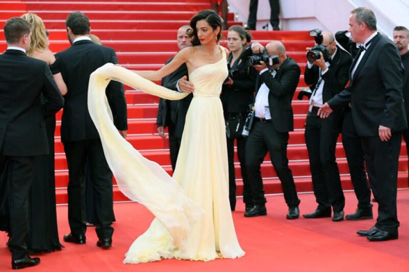 En más de una ocasión Amal estuvo luchando con su Atelier Versace.