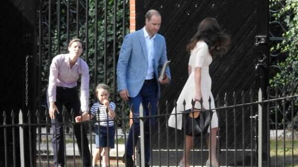 Por más que tenga una niñera, una hermanita con quién entretenerse y un enorme jardín en donde jugar, el pequeño royal no deja de afligirse cada vez que ve a Kate y a Will irse a trabajar.