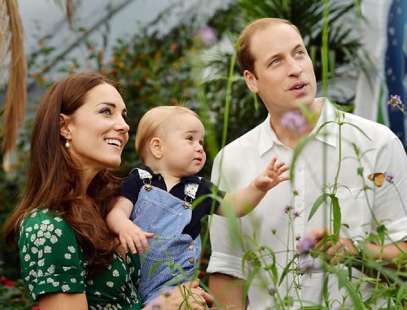 Kate, un curioso George y Guillermo posan en el Museo de Historia Natural, a propósito del cumpleaños del príncipe.