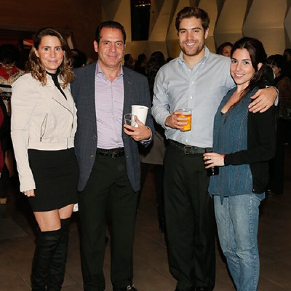 Larissa Garrido,Raúl y Ricardo González con Laura Seldner