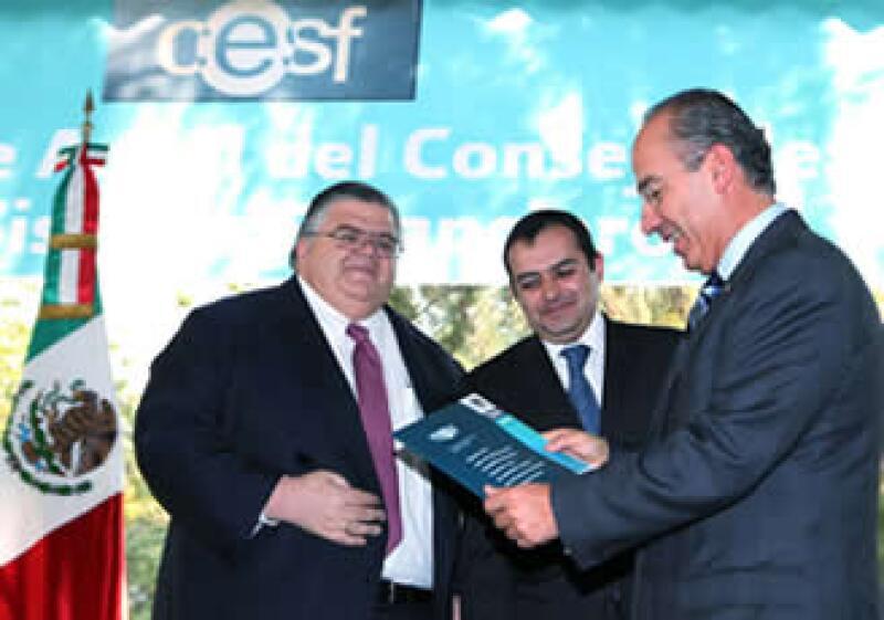 De izquierda a derecha, Agustín Carstens, gobernador de Banxico, Ernesto Cordero, secretario de Hacienda, y Felipe Calderón, presidente de México, en el evento. (Foto: Notimex)
