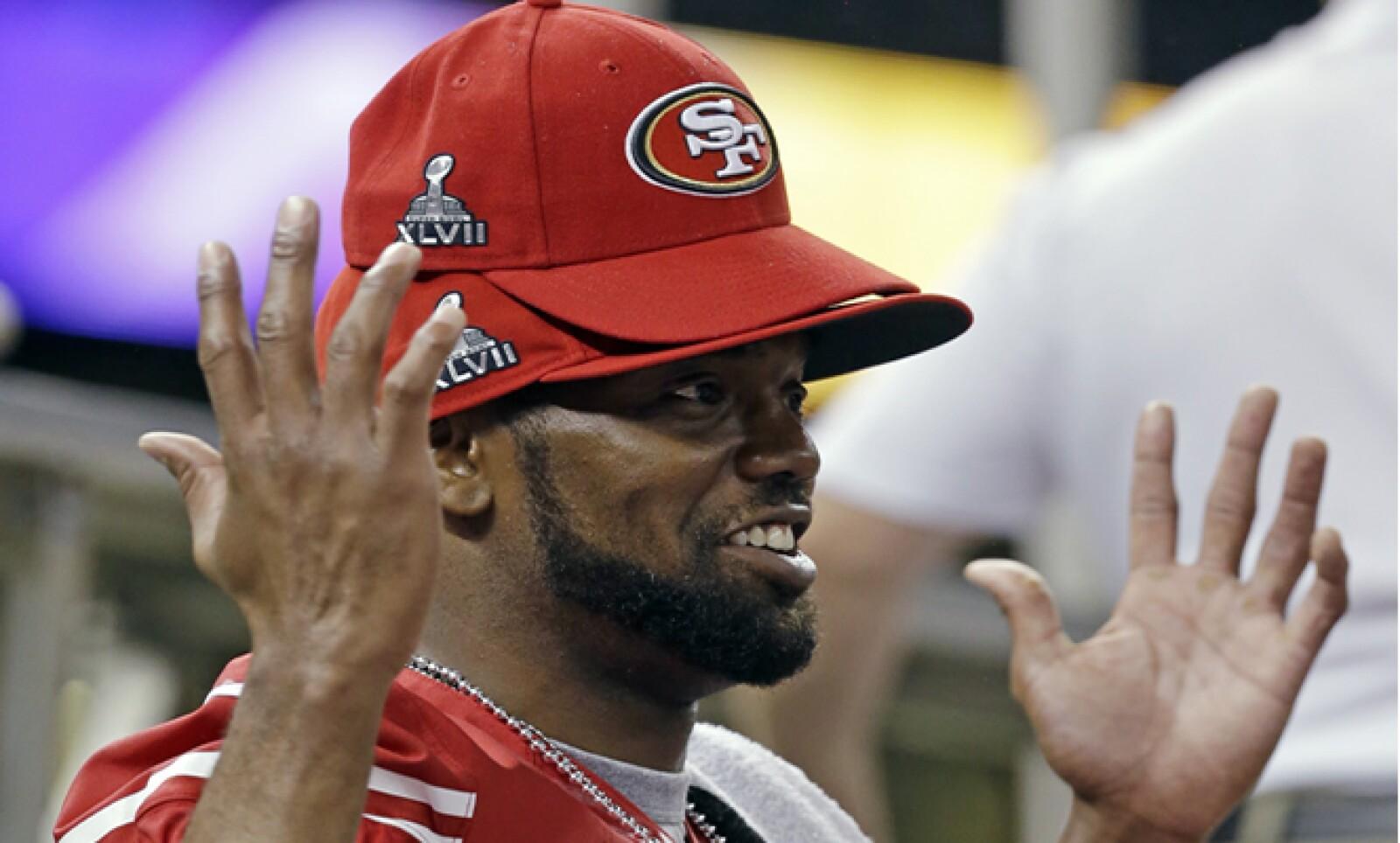 El receptor de los 49's, Randy Moss, usa varias gorras conmemorativas del Super Bowl. Los anuncios de 30 segundos se han vendido por más de 4 millones de dólares.