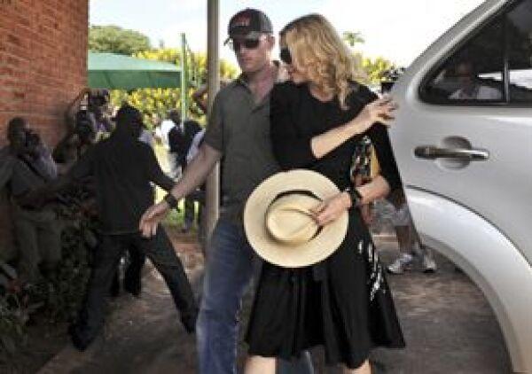 Madonna quiere adoptar a Mercy James, una niña de 4 años, su madre murió poco después del parto.