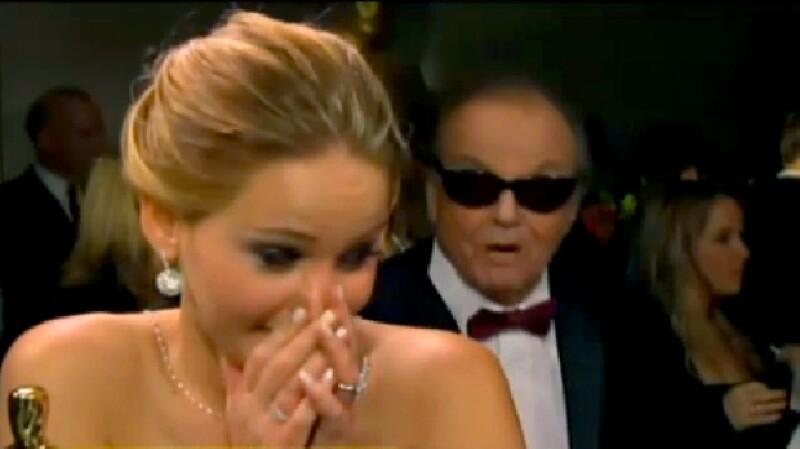 Sin importarle que la actriz daba una entrevista, el actor de 75 años se acercó a la ganadora del Oscar para llenarla de elogios.