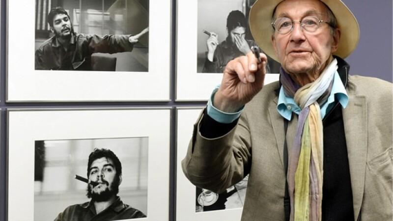 El fotógrafo suizo René Burri al lado de algunas de las fotos que le tomó a Ernesto ?Che? Guevara