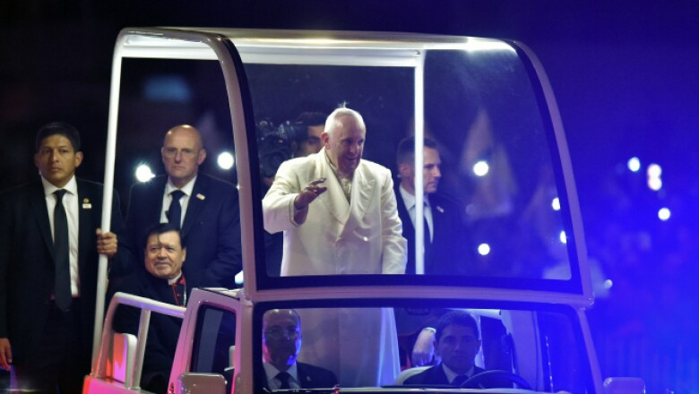 El cardenal mexicano Norberto Rivera acompaña al argentino en el papamóvil.