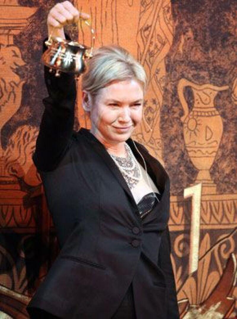 La actriz recibió el dorado galardón en forma de budinera.