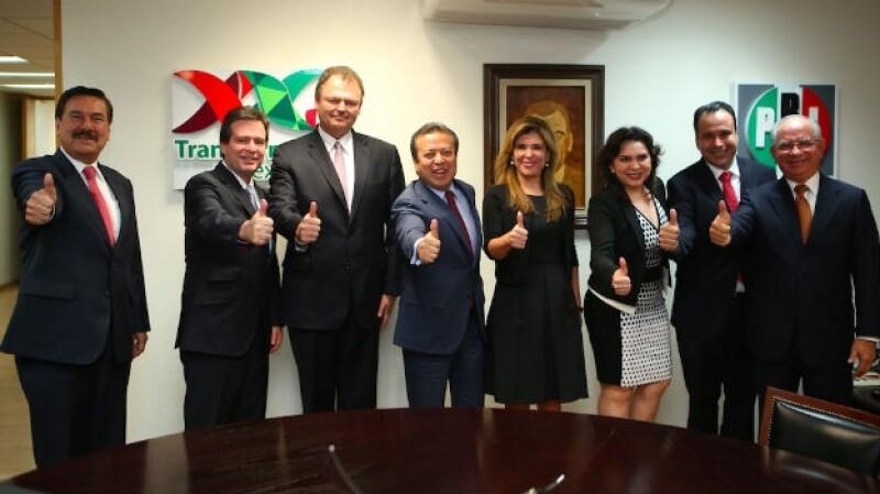 La senadora Claudia Pavlovich (centro, de vestido negro) junto a los otros aspirantes a la precandidatura al gobierno de Sonora por el PRI