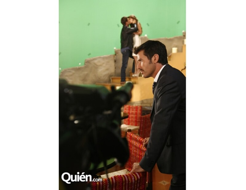 El actor realizará su primer antagónico en la telenovela `Los Rey´ de Elisa Salinas, que ya comenzó con la grabación de los promocionales. Nos colamos al detrás de cámaras, no pierdas detalle.